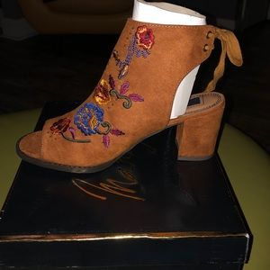 Women's new size 8 shoes